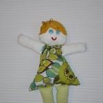 yeşil elbiseli küçük bez bebek modeli