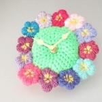 çiçek şeklinde çok şık örgü saat modeli