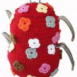 çiçek desenli kırmızı örgü çaydanlık kılıfı modeli