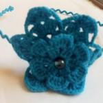çiçek desenli mavi örgü taç modeli