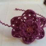 çiçek desenli mor örgü taç modeli