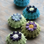 çiçek motifli yeşil mavi örgü iğnelik modelleri