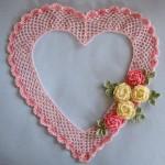 çiçekli kalp desenli örgü duvar süsü modeli