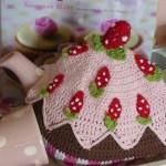 çilekli pasta görünümlü örgü çaydanlık kılıfı modeli