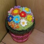 üzeri çiçek desenli örgü çöp kutusu modeli