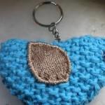 üzeri yaprak mavi desenli örgü kalpli anahtarlık modeli