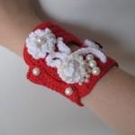beyaz çiçekli kırmızı bileklik örgü takı modeli