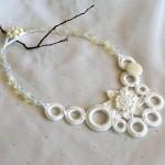 beyaz halkalı harika örgü takı kolye modeli