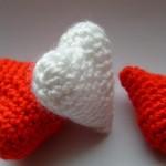 beyaz kırmızı küçük kalpli örgü anahtarlık modelleri