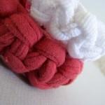 beyaz kırmızı renkli örgü bilezik modelleri