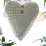 beyaz kalp desenli örgü anahtarlık modeli