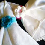 beyaz mavi çiçek desenli örgü peçete halkası