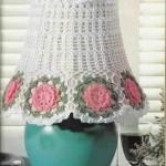beyaz pembe çiçekli örgü abajur süsleme örneği