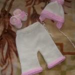 beyaz pembe örgü bebek pantolon ve şapkası