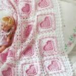 beyaz pembe kalp desenli örgü battaniye modeli