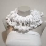 beyaz pon ponlu ipten örgü atkı modeli