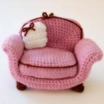 beyaz yastıklı pembe amigurumi koltuk modeli