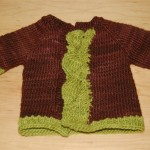 ceket şeklinde iki renkli örgü bebek süveter modeli