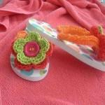 düğmeli çiçek desenli parmakarası örgü terlik modeli
