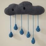 gri bulut ve yağmur damlalı örgü duvar süsü modeli
