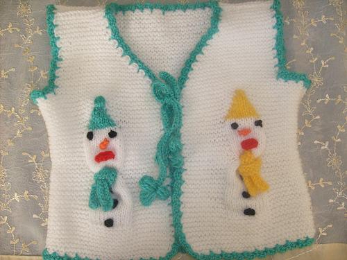 iki renkli çocuk desenli örgü bebek süveter modeli