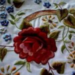 kırmızı çiçek desenli çin iğnesi nakış modeli