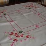 kırmızı çiçek desenli hesap işi masa örtüsü modeli