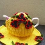 kırmızı çiçekli sarı örgü çaydanlık kılıfı modeli ve altlığı