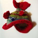 kırmızı balık desenli örgü bebek beresi modeli