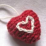 kırmızı beyaz kalpli örgü anahtarlık modeli