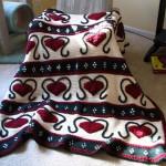 kırmızı kalp desenli örgü battaniye örneği