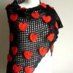 kırmızı kalp motifli örgü şal modeli