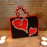 kırmızı kalp motifli siyah örgü çanta modeli