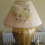 kremrengi çiçekli abajur süsleme örneği
