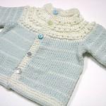 kremrengi açık mavi iki renkli örgü bebek süveteri modeli