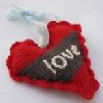 love yazılı örgü kalpli anahtarlık modeli