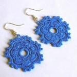 mavi çiçek desenli örgü küpe modeli