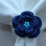 mavi çiçek desenli örgü peçete halkası örneği