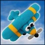 mavi örgü oyuncak uçak modeli
