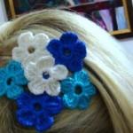 mavi beyaz çiçek desenli örgü taç modeli