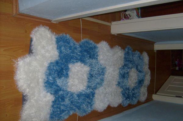 mavi beyaz sakallı ipten halı modeli