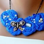 mavi güllü ve kelebekli kumaş kolye modeli