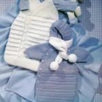 mavi kapşonlu örgü bebek tulumu