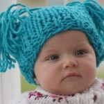 mavi püsküllü örgü bebek beresi modeli