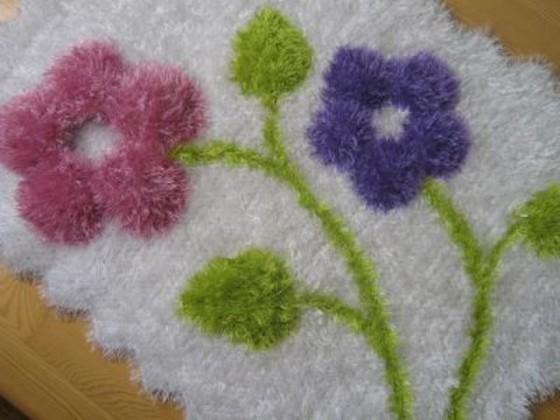mor çiçek desenli sakallı ip halı örneği