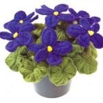 mor menekşe desenli saksıda örgü çiçek modeli