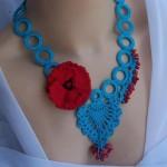 kırmızı mavi çiçekli örgü kolye modeli
