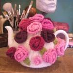 pembe çiçek desenli örgü çaydanlık kılıfı modeli