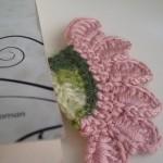pembe çiçek desenli örgü kitap ayracı modeli