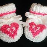 pembe kalp motifli örgü bebek patik modeli